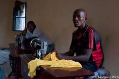 A Goudoumaria, Oumar Sanda, ancien militant de Boko Haram, apprend les rudiments d'un nouveau métier : tailleur.