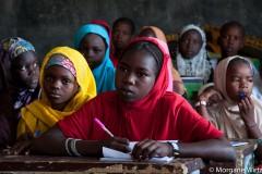 De jeunes filles étudient au camp de Sayam Forage. Les jeunes étudiantes sont une cible privilégiée de Boko Haram.