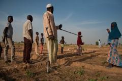 Mamadou Fanani a été blessé en fuyant Boko Haram. Ancien grand producteur, il a complètement laissé tomber la culture de poivrons, faute d'engrais. Il s'attèle aux tomates, aux oignons et à l'oseille, aidé par une partie de ses 15 enfants.