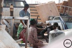 Depuis que les métiers liés à la migration sont proscrits, l'activité économique d'Agadez est à l'arrêt. Les migrants qui arrivent à trouver du travail, comme ceux-ci, sont rares.