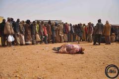 Les organisations humanitaires fournissent de la nourriture et de quoi se laver aux refoulés. Le lendemain, ils seront reconduits jusqu'à leur village d'origine.