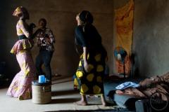 Dans un ghettho en périphérie de la ville, la musique nigérianne bat son plein. Angel, Estelle et Moussa se déhanchent, jouent entre eux et rient aux éclats.