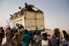 On ne sait pas si l'ordre vient de l'Algérie ou du Niger. Toujours est-il que l'Algérie expulse régulièrement les Nigériens qui se sont installés sur son territoire illégalement. Ils sont reconduits dans de grands camions jusqu'à leur village d'origine. Parmi les premières escales après la traversée du désert: Agadez.