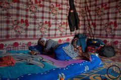 """Une jeune femme se repose dans un """"ghetto"""". A Agadez, c'est ainsi qu'on appelle les maisons occupées par des migrants, le temps que leur voyage soit organisé."""