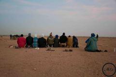 Des passagers prient avant le grand départ vers la Libye.