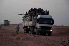 Chaque lundi, des convois sont organisés entre Agadez et la Libye. A la barrière, la police contrôle la nationalité des passagers.
