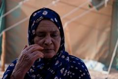 Safia a 80 ans. Lorsque le Maroc et la Mauritanie ont envahi le Sahara occidental en 1975, elle a fui les bombes jusqu'en Algérie. Safia a des mains d'hommes. « Quand nous sommes arrivées, les femmes ont dû construire les maisons, les écoles, les centres de santé. Nous avons appris aux femmes à enseigner, à lire et à écrire ainsi qu'à donner les premiers secours aux hommes qui rentraient du front », explique-t-elle.