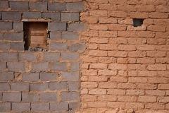 Après 43 ans de vie dans les camps, les réfugiés commencent à construire des maisons en béton. La majorité des maisons en briques d'adobe sont détruites par les intempéries.