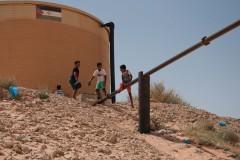 Des enfants jouent sur le réservoir d'eau du camp de Smara.