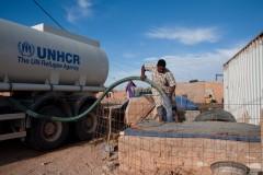L'UNHCR distribue des réserves d'eaux aux quartiers. Chacun dispose normalement de 12 litres par jour, mais il arrive souvent qu'il y ait des pénuries et que les Sahraouis doivent aller s'approvisionner dans d'autres quartiers.