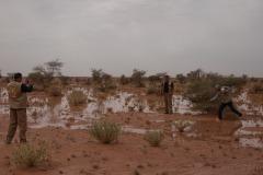 Des membres du protocole du Polisario se prennent en photo dans les territoires libérés. Comme la majorité des Sahraouis, ils vivent dans les camps de réfugiés, sur le territoire algérien et ne viennent ici que rarement.