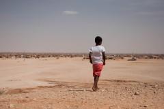 Un enfant joue aux abords du camp de Smara.