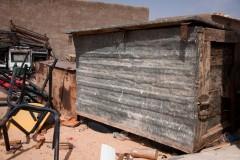 En 1991, un cessez-le-feu a été signé entre le Maroc et le Sahara occidental. Il prévoyait l'organisation d'un référendum pour l'autodétermination des Sahraouis. Lorsque les réfugiés ont appris la nouvelle, ils ont construit des malles pour empaqueter quelques affaires. Ils étaient persuadés qu'ils rentreraient au Sahara occidental. 27 ans plus tard, le référendum n'a toujours pas eu lieu et les « malles du retour » attendent toujours d'être utilisées.