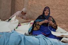 Ces femmes construisent une tente pour leur nièce vivant dans les territoires libérés. La semaine dernière, sa mère a été mordue par un serpent et n'a pas pu être sauvée faute de secours immédiats. Ce genre d'accident arrive fréquemment dans les territoires libérés. La nièce va venir s'installer dans le camp de Smara la semaine prochaine.