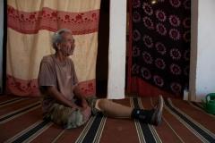 Ahmed a été blessé au combat en 1981. Depuis, il vit dans le centre des victimes des mines antipersonnel, séparé de sa famille qui vit de l'autre côté du mur « Ca fait 40 ans que je vis ici, 40 ans que je n'ai plus vu ma famille. Ni mon frère, ni ma mère, ni mon père. Je ne crois plus en rien », affirme-t-il, les larmes aux yeux.