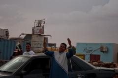 La majorité des jeunes pensent que la guerre est la meilleure solution pour mettre un terme au conflit du Sahara occidental, gelé depuis 27 ans. Pour les Sahraouis qui ne s'expatrient pas et qui restent dans les camps, il y a peu d'opportunité. L'inoccupation, petit à petit, aggrave la frustration.