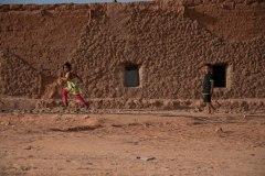 Des enfants jouent dans le camp de Boujdour.