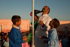 À l'école Martyr Mustafa Mohammed Ahmed. Mohammed, le professeur aide ses élèves à hisser le drapeau sahraoui pour le lever matinal. Apparemment, ce matin, il y a un problème.