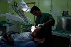 L'hôpital national est financé par la Communauté internationale. « Nous travaillons sur base volontaire. Lorsque les ONG peuvent se le permettre, elles me paient 150 euros tous les trois mois », explique Docteur Mulay Ahmed, chef des médecins. De nombreux Sahraouis font leurs études à l'étranger et sortent diplômés en médecine. Mais ils préfèrent pratiquer à l'étranger.
