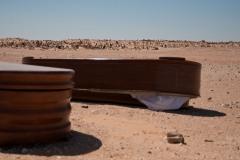 L'un des cimetières de Smara. En 43 ans de nombreuses personnes ont vécu et sont décédées dans les camps. Lorsque des Sahraouis meurent en Europe, leurs corps sont rapatriés dans des cercueils en plastique. Les Sahraouis délaissent ces funestes boites au bord du cimetière et enveloppent les corps dans des tissus blancs avant de les enterrer.