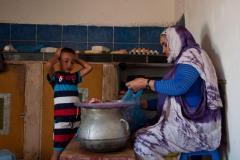 Lorsque leurs finances le permettent, les Sahraouis se procurent de la viande au marché pour améliorer la qualité de leur alimentation et varier les repas.