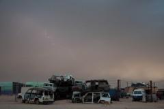 Carcasses de voitures en bordure du camp de Smara, avant une tempête de sable.