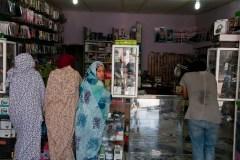 Des commerces se sont développés dans les camps. Ce magasin propose des chaines hifis, des Smartphones, des batteries, des shampoings, des parfums, des câbles et même des manettes de PS3. Les gérants se fournissent à Tindouf.