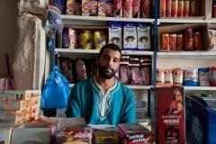 Ali tient une épicerie. Il gagne l'équivalent de 70 euros par mois. Il dispose d'un Bachelier en mécanique et se sent frustré de ne pas pouvoir exercer dans ses compétences. « Je suis en train de demander un visa pour l'Europe. Là bas, je pourrai certainement exercer ma profession et me rendre plus utile », explique-t-il.