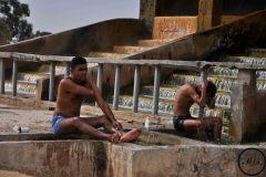 Des hommes se lavent à une source d'eau chaude dans le désert, 2012.